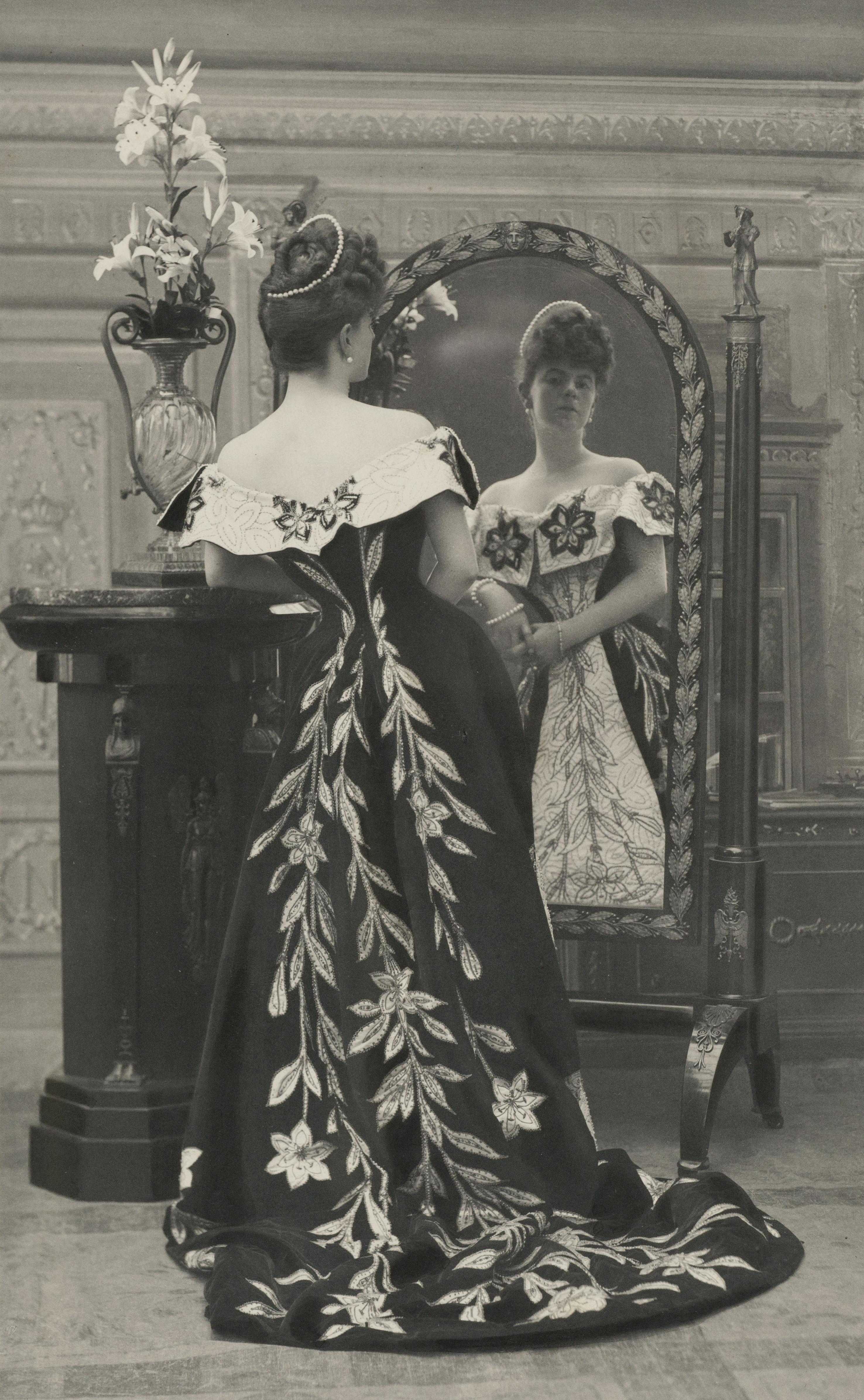 La comtesse Greffulhe, nÈe Elisabeth de Caraman-Chimay (1860-1952), portant la robe aux lis crÈÈe pour elle par la maison Worth