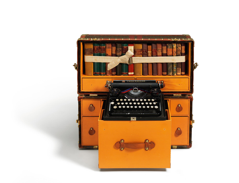 Malle Bibliotheque (60 x 29 x 50 cm) style Gaston Louis Vuitton en toile Monogram, 1936 - ouverte, accessoirisee avec des livres et une machine a ecrire - vue de face