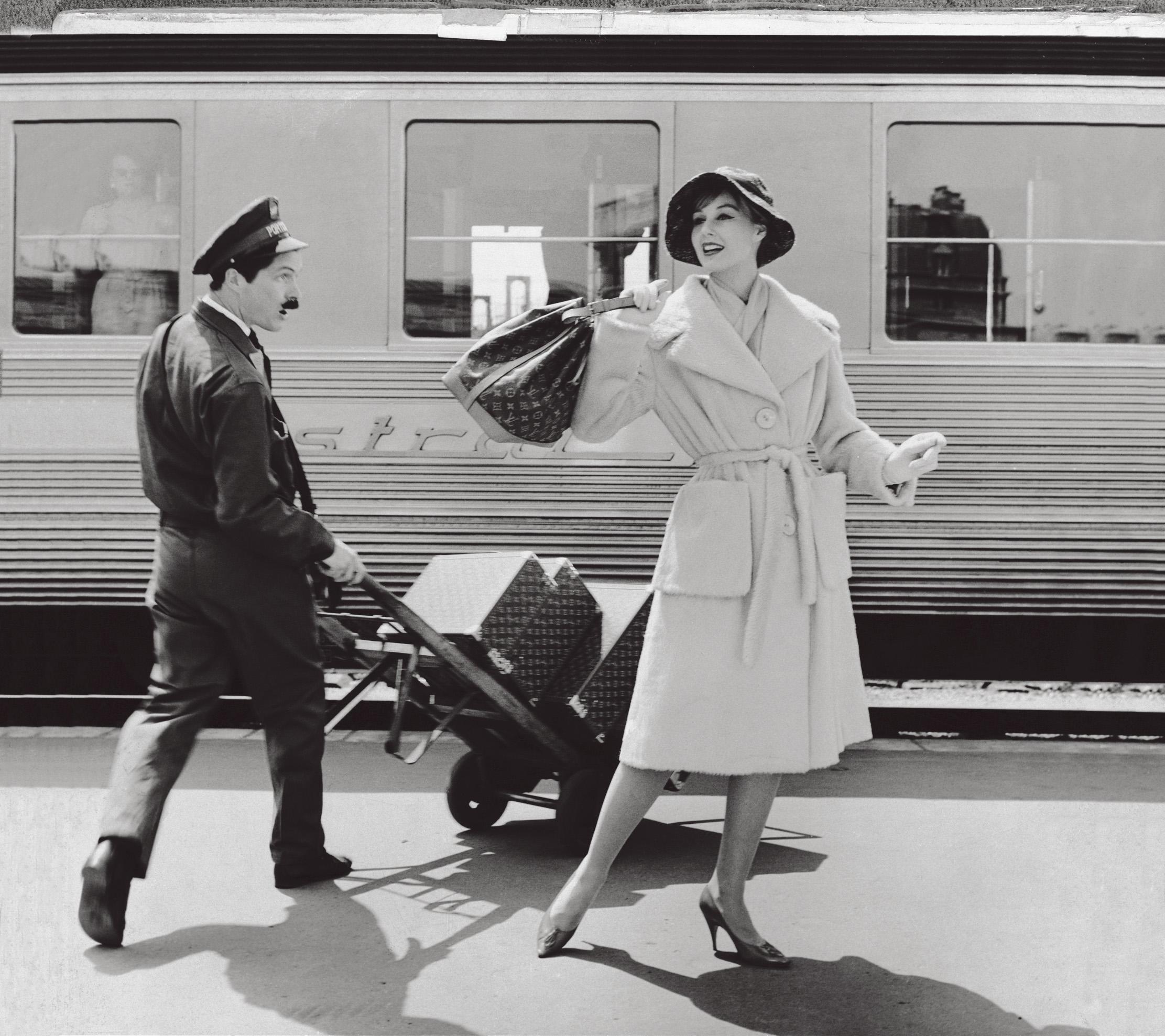 Photographie de mode parue dans Vogue et Paris Match dans les annees 1960 : le sac de ville Noe en toile Monogram fait son apparition aux cotes des valises rigides Cotteville, Bessac et Bisten sur le quai de la gare d'ou part le Mistral,